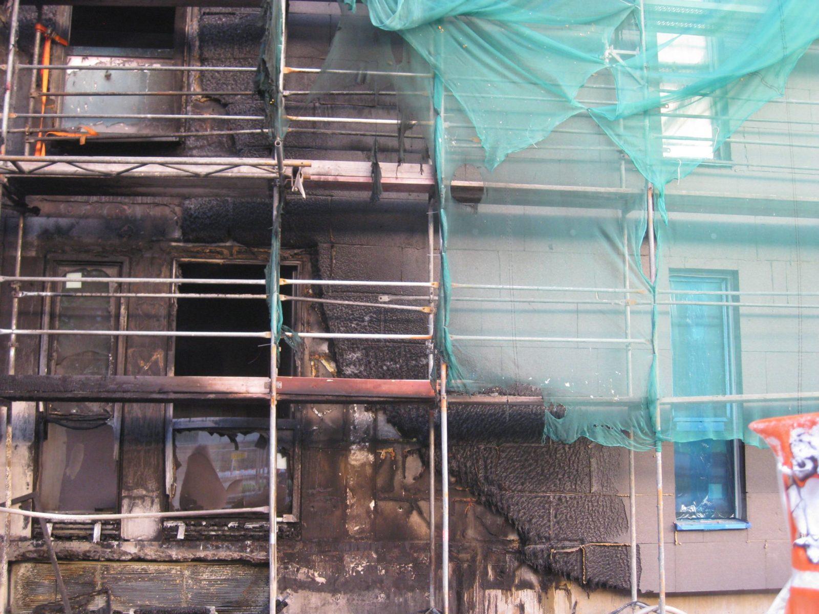 Zerstörtes WDVS_Nach dem Fassadenbrand auf Frankfurter Baustelle Foto_Karl-Olaf Kaiser