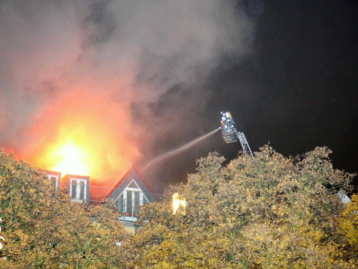 Brand eines Dachstuhls in der Boddinstraße in Berlin (Foto: Andreas Meyer)