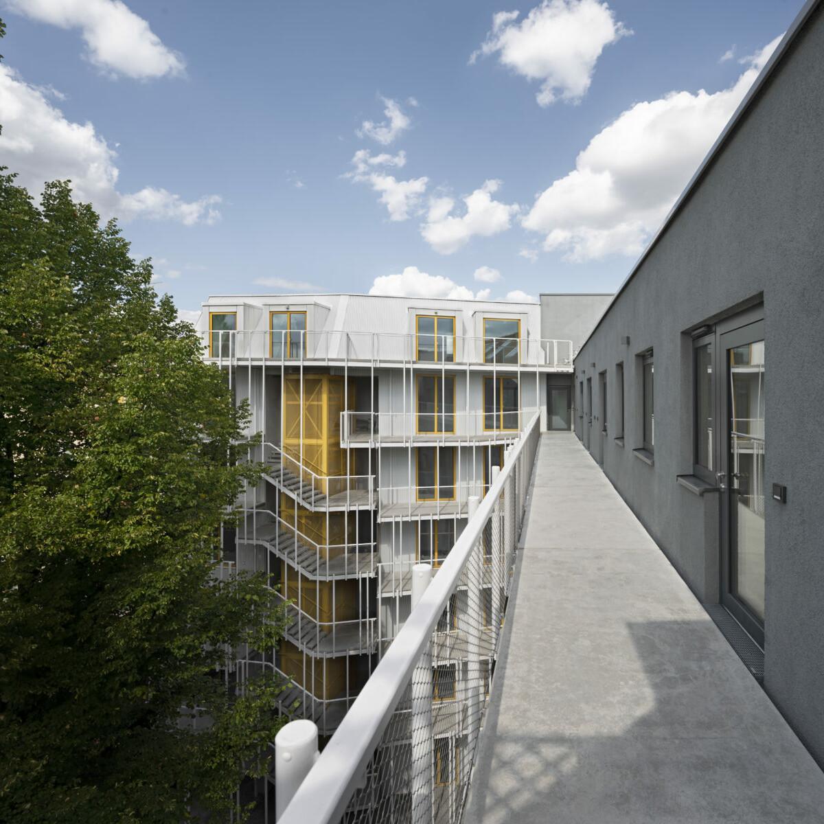 Wohnhaus Eisberg_holz-Hybrid_Berlin-Moabit_brandschutz plus eberl-pacan brandschutzplaner_Foto Gui Rebelo_Hofansicht