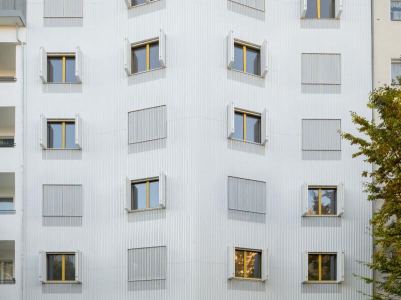 Wohnhaus Eisberg_holz-Hybrid_Berlin-Moabit_brandschutz plus eberl-pacan brandschutzplaner_Foto Gui Rebelo_Straßenansicht