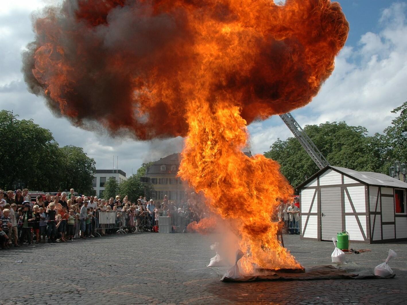 tdfw_135a_Demonstration einer Fettexplosion im Rahmen des_Tags der Feuerwehr_in Bonn_Foto_Sascha Muertz