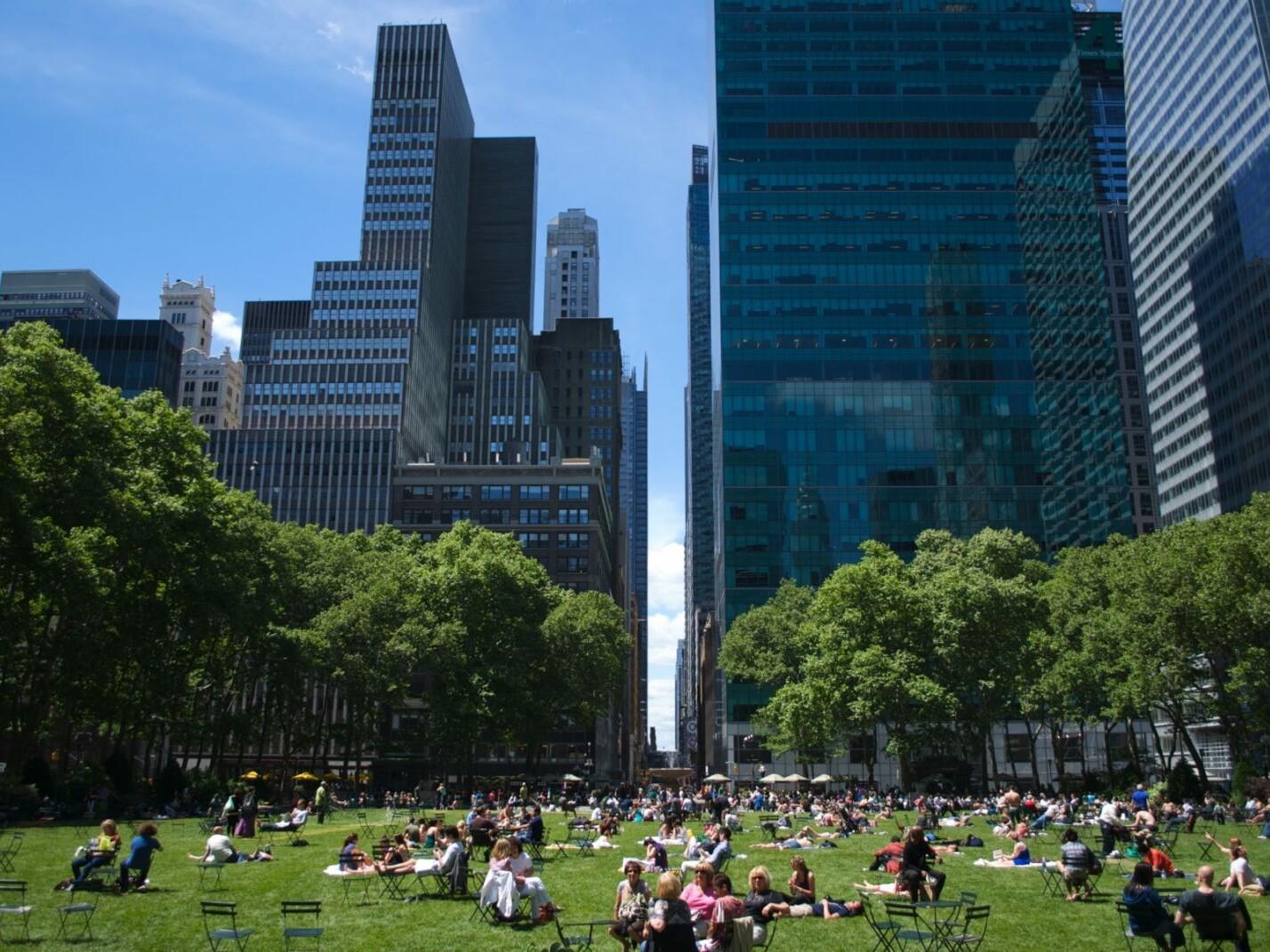 https://brandschutzplus.de/wp-content/uploads/2021/01/bryantpark1_1_Bryant-Park-New-York-Foto-olemiswebs.jpg