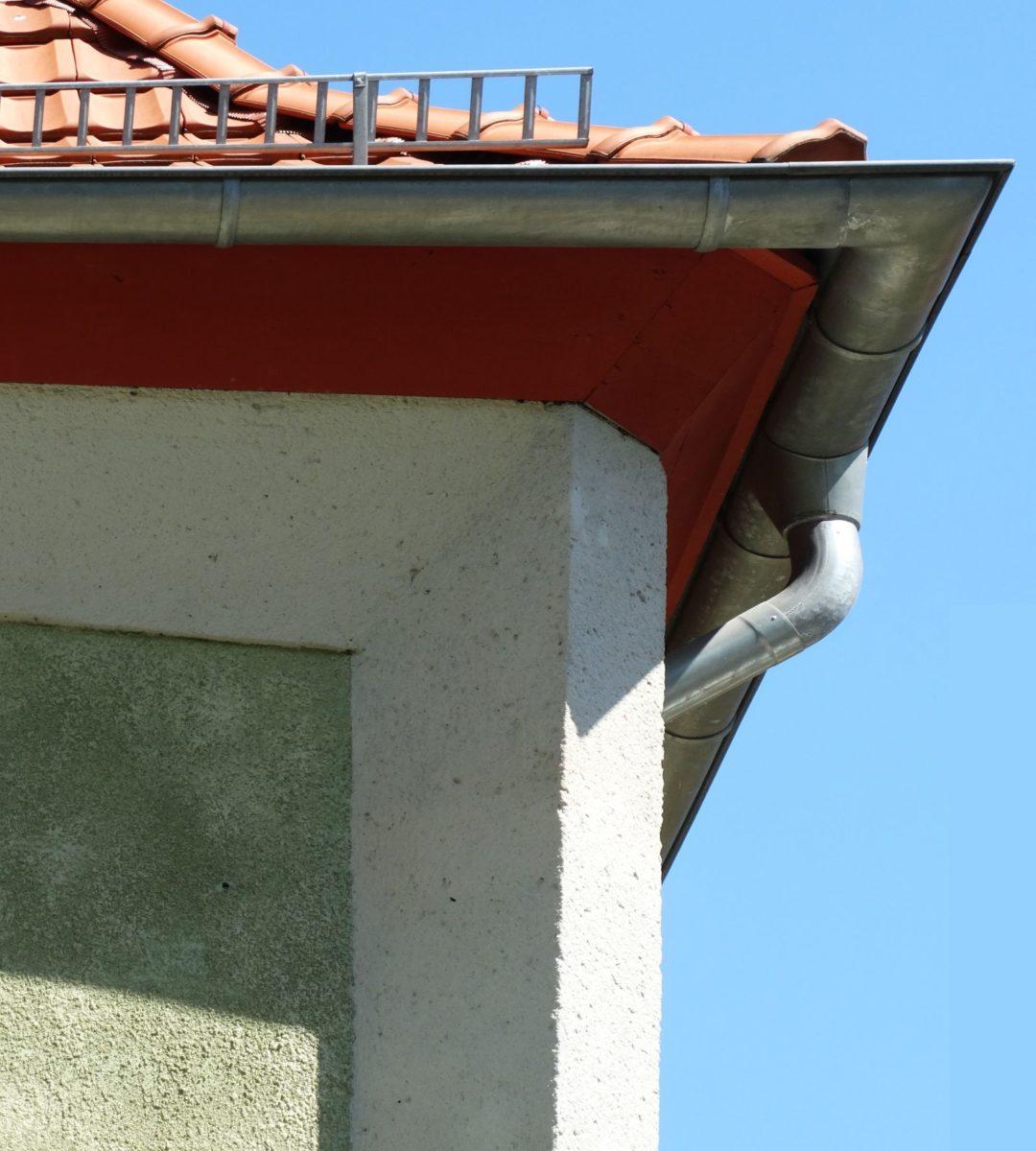 https://brandschutzplus.de/wp-content/uploads/2021/01/dachdetail1600_Kubistisches-Haus-in-der-Waldstrasse-Berlin-Johannisthal-Detail-Foto-Reinhard-Eberl-Pacan.jpg