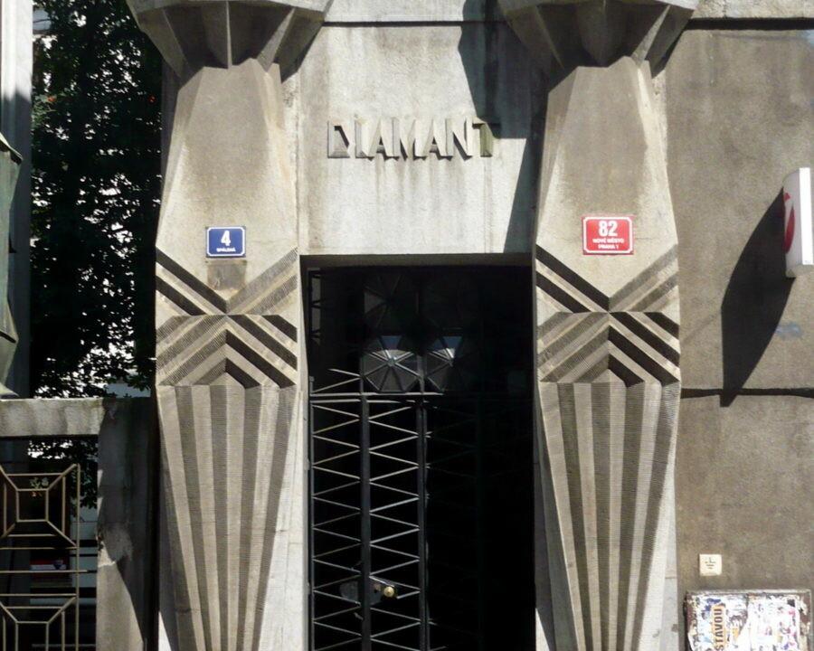 https://brandschutzplus.de/wp-content/uploads/2021/01/kralicekdiamantentrance_Haus-Diamant-in-Prag-Architekt-Emil-Kralicek-1877-1930-Foto-Archiv.jpg