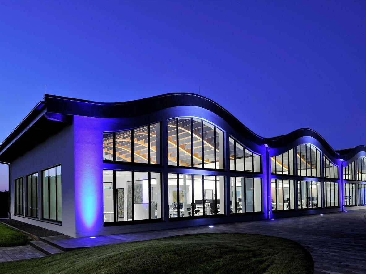 IT-Campus Paderborn_beleuchtetes Wellendach_Perspektive außen nacht