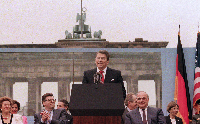 tear_down_this_wall_Ronald Reagan spricht vor dem Brandenburger Tor und der Berliner Mauer am 12- Juni 198_Foto_White House Photographic Office