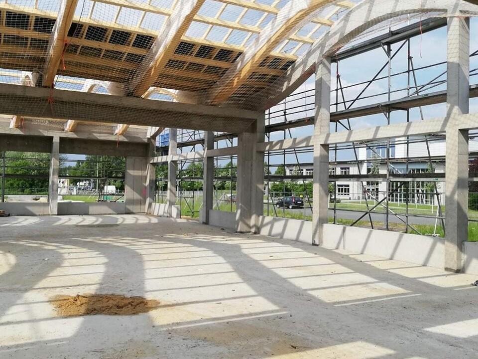 Betonstützen und Dachstruktur aus Holz geben dem Bauwerk Halt und Struktur