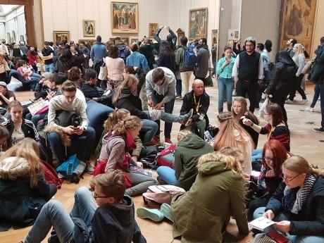 Kulturbauten als Brandschutzaufgabe: Auch in Ausstellungsräumen von Museen wie hier im Louvre in Paris ist mit der gleichzeitigen Anwesenheit vieler Menschen zu rechnen. (Quelle: Reinhard Eberl-Pacan)